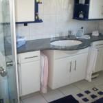Badezimmerschrank weiß Hochglanz mit Granitplatte